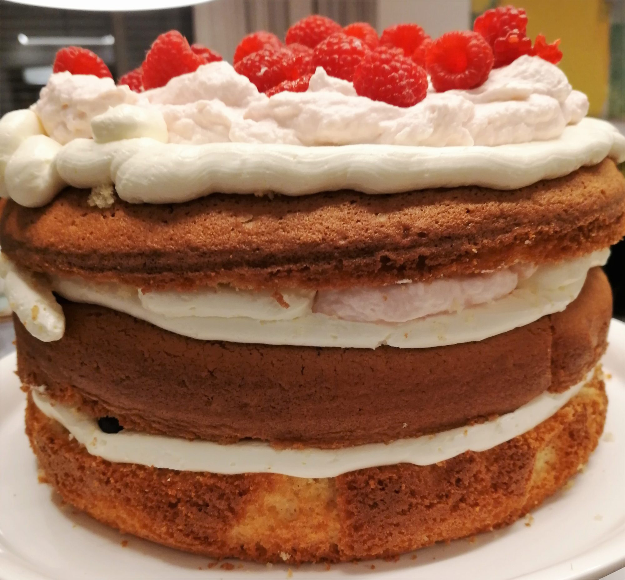 Semi Naked Cake stapeln mit Swiss Meringue Buttercreme