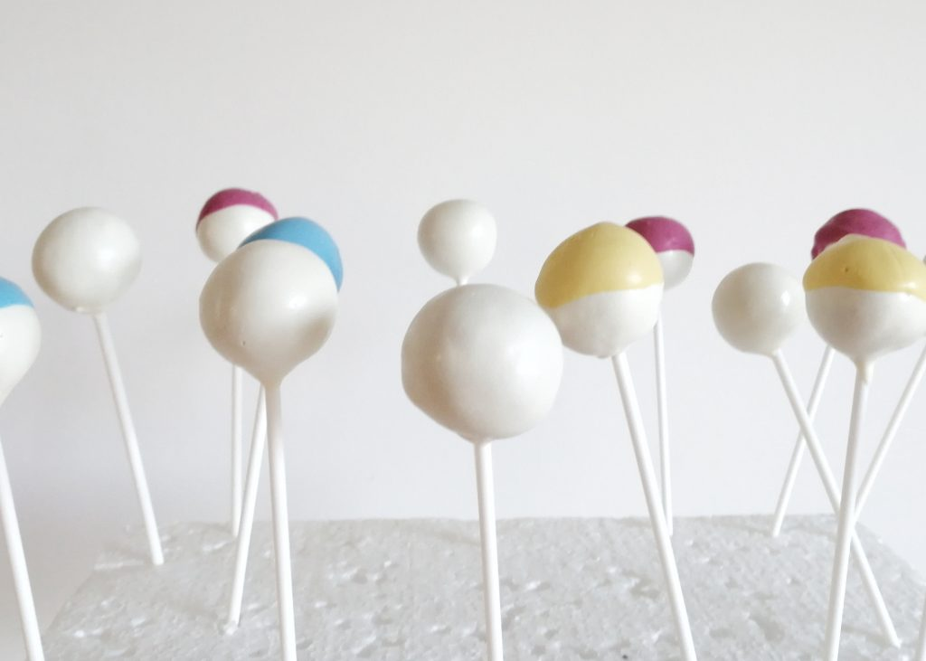 Eat a Rainbow Schneemann Cake Pops